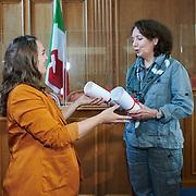 Remise du prix femmes et médias<br /> Salle du grand conseil<br /> Gagnante du Prix femmes et médias 2020<br /> Pascaline Sordet qui reçoit le prix de la journaliste au Temps Fait Mansour.<br /> <br /> Neuchâtel, le 16 septembre 2020<br /> Photo: David Marchon