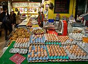 Londyn, 2009-03-06. Stoisko z nabiałem na targu żywność Brought Market