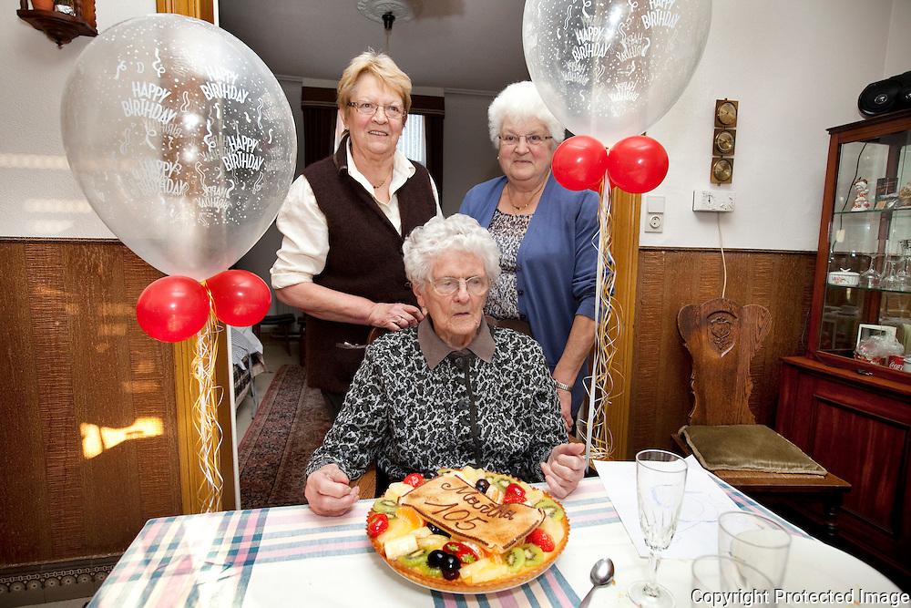 367705-Martha Peeters is 105 jaar geworden-Maria Thyssen, Martha Peeters en Jeanne Thyssen
