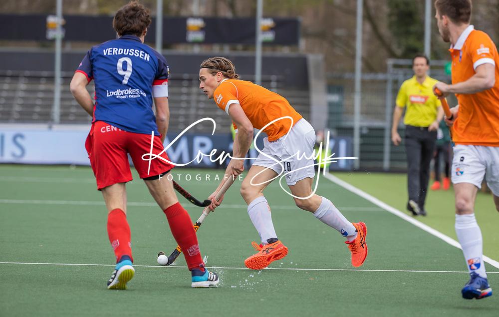 AMSTELVEEN - Jorrit Croon (Bldaal) met John Verdussen (Leopold)  tijdens de halve finale wedstrijd mannen EURO HOCKEY LEAGUE (EHL),  HC Bloemendaal- Royal Leopold Club (Bel)(1-1) Bloemendaal wint shoot outs en plaatst zich voor de finale.  COPYRIGHT  KOEN SUYK