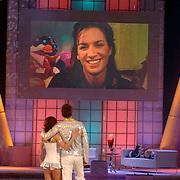 NLD/Hilversum/20070310 - 9e Live uitzending SBS Sterrendansen op het IJs 2007 de Uitslag, Geert Hoes en schaatspartner Sherri Kennedy kijken naar een videoboodschap van Manuela Sep