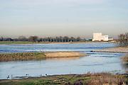 Nederland, Deest, 14-2-2019De herinrichting van het nieuwe natuurgebied de afferdense en deestse waarden nadert voltooiing. De drempel, regelwerk, het punt waar de oever doorgestoken is en  die de nieuwe nevengeul van water voorziet is sinds enkele weken effectief . Op de achtergrond aan de overkant de vroegere kerncentrale bij dodewaard . Boskalis is de uitvoerder van dit omvangrijke waterproject in het kader van ruimte voor de rivier .