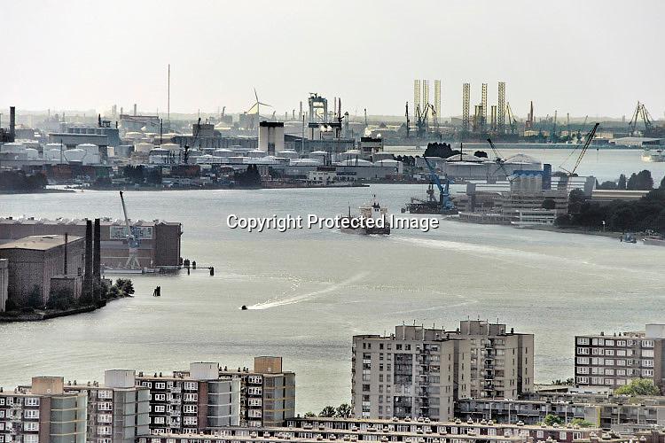 Nederland, Rotterdam, 15-9-2016Zicht op de Rotterdamse , nieuwe Maas, haven richting Waalhaven, Botlek en olieopslag bij Pernis .Foto: Flip Franssen