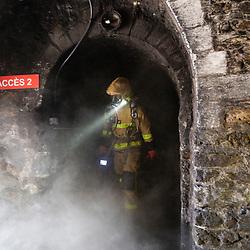 Stage de formation initiale des sapeurs-pompiers du Groupe Exploration de Longue Durée de la BSPP. Les stagiaires travaillent leur rusticité et l'apprentissage de techniques et de matériels spécifiques ELD au travers d'exercices dans les caissons fireflash de Villeneuve-Saint-Georges et du fort Briche, dans des caves à fumées, dans les galeries souterraines des catacombes parisiennes et dans une station de métro de la RATP dédiée à la formation.<br /> Mai 2021 / Ile-de-France (75-91-93) / FRANCE
