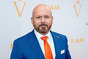 De 2.777ste voorstelling van Soldaat van Oranje - De Musical, lag de oranje loper uit voor het publiek. In de TheaterHangaar vierde de productie zijn 9-jarig bestaan. <br /> <br /> Op de foto:  Marco Kroon en partner Mirjam van den Hoven