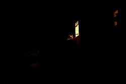 Taranto, di sera tra le stradine buie della città vecchia