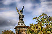Nederland, Nijmegen, 6-10-2020 Beeld van een engel ter nagedachtenis aan de aanleg van de spoorlijn tussen Kleef en Nijmegen. Ter ere daarvan werd in 1884 dit monument in renaissancestijl opgericht op het Valkhofplein. Op de sokkel zit een engel, voorstellende de gevleugelde Victoria, god van de overwinning, die een lauwerkrans werpt. Het zinken beeld is een kopie van een in de jaren '30 van de 19de eeuw gemaakt marmeren beeld van C.D. Rauch. Het staat aan de ingang van het Valkhof.  Foto: ANP/ Hollandse Hoogte/ Flip Franssen