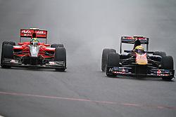 O piloto suiço Sebastien Buemi (D) acelera sua Toro Rosso durante a primeira volta do Grande Prémio do Brasil de Fórmula 1, em Interlagos, São Paulo. FOTO: Jefferson Bernardes/Preview.com