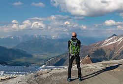 THEMENBILD, ein Wanderer blickt auf das umliegende Bergpanorama, aufgenommen am 18.05.2017, Kitzsteinhorn, Kaprun, Österreich // A hiker looking out over the surrounding mountain panorama at the Kitzsteinhorn Glacier in Kaprun, Austria on 2017/05/18. EXPA Pictures © 2017, PhotoCredit: EXPA/ JFK