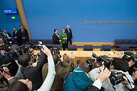 27 NOV 2013, BERLIN/GERMANY:<br /> Sigmar Gabriel (L), SPD Parteivorsitzender, Angela Merkel (M), CDU Parteivorsitzende und geschaeftsfuehrende Bundeskanzlerin, Horst Seehofer (R), CSU Vorsitzender und Ministerpraesident Bayern, vor Beginn der Pressekonferenz zur Einigung ueber einen Koalitionsvertrag, Bundespressekonferenz<br /> IMAGE: 20131127-01-013<br /> KEYWORDS: BPK, Fotografen, Kameraleute