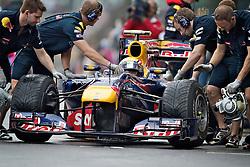 Mecânicos trabalham no carro do piloto alemão de Fórmula 1 Sebastian Vettel na saída dos boxes do Grande Prêmio Brasil em Interlagos, São Paulo em 7 de novembro de 2010. O resultado levou a Red Bull a ser campeão de construtores pela primeira vez. FOTO: Jefferson Bernardes/Preview.com