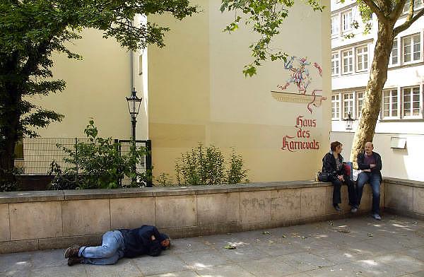 Duitsland, Dusseldorf, 2-6-2012Een man ligt op straat te slapen bij het Haus des Karnavals in de altstad, oude binnenstad van deze hoofdstad van de deelstaat Nordrhein Westfalen.Foto: Flip Franssen/Hollandse Hoogte