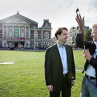 Nederland, Amsterdam , 22 september 2009.Simon Reinink  (directeur van het Concertgebouw) en contrabassist Wilmar de Visser. Op de achtergrond het Concertgebouw aan het Museumplein. Director Simon Reinink and double bassist Wilmar de Visser in front of the Concertgebouw on the Museumplein.