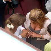 NLD/Amsterdam/20060520 - Huwelijk Edwin van der Sar en Annemarie van Kesteren, Annemarie van Kesteren laat haar trouwring aan een vriendin zien