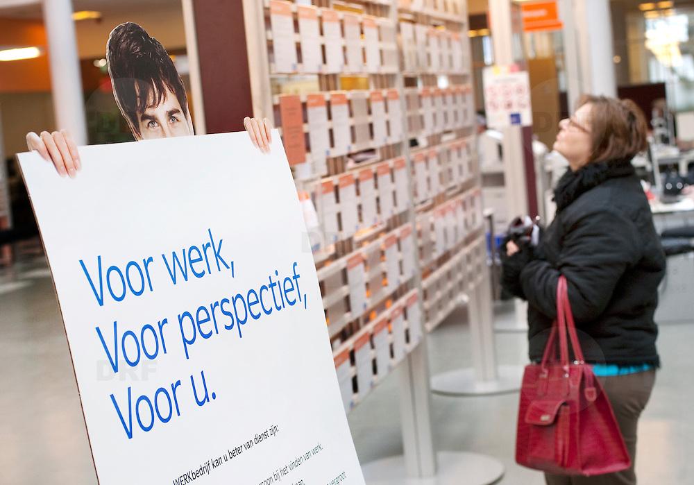Nederland Rotterdam 26-03-2009 20090326 Foto: David Rozing ..Serie UWV, mensen bekijken vacatures, op de voorgrond bord voor werk, voor perspectief, voor u.  UWV Werkbedrijf lokatie Schiekade centrum Rotterdam, de vroegere arbeidsbureaus ( CWI UWV ) De werkloosheid in Nederland begint op te lopen. Dat blijkt uit de jongste cijfers die het Centraal Bureau voor de Statistiek (CBS) de oorzaak is de krediet crisis Holland, The Netherlands, dutch, Pays Bas, Europe,  , allochtoon, allochtone, vrouw, meid, jonge, jonge,  allochtonen, ..Foto: David Rozing