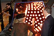 Koningin Beatrix opent Philips Museum in Eindhoven.Het Philips museum is gevestigd in de eerste gloeilampen fabriek van Philips in het centrum van Eindhoven. Hier werd in 1891 de eerste gloeilamp geproduceerd. De expositie in de grondig gerenoveerde fabriek vertelt bezoekers het verhaal van de onderneming vanaf de start tot en met toekomstige innovatieve ontwikkelingen. <br /> <br /> Queen Beatrix opens in Eindhoven.Het Philips Philips Museum museum is located in the first Philips light bulb factory in the center of Eindhoven. Here in 1891 the first bulb produced. The exhibition in the thoroughly renovated factory tells visitors the story of the company from the start to future innovative developments.<br /> <br /> Op de foto/ On the photo:  Koningin Beatrix en bestuursvoorzitter Frans van Houten brengen symbolisch het licht naar het museum door een oplichtende draadloze LED-lamp<br /> <br /> Queen Beatrix and CEO Frans van Houten symbolically bringing light to the museum by a glowing wireless LED lamp Queen Beatrix arrives