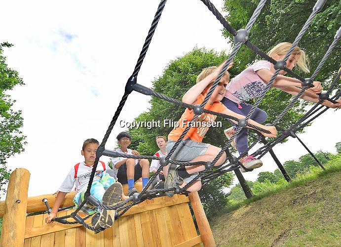 Nederland, Nijmegen, 10-6-2017Ingebruikname van de FIT beweegroute in Lindenholt. Kinderen spelen op een speelveld met hindernissen, een hindernisbaan. Foto: Flip FranssenFoto: Flip Franssen