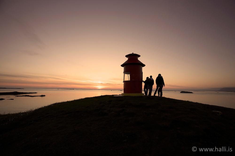 Young kids at sunset at the lighthouse in Stykkisholmur - Ungir krakkar við vitann í Stykkishólmi að horfa á sólsetrið
