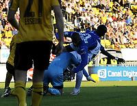 Fotball<br /> 25 juni 2009<br /> Tippeligaen<br /> Lillestrøm - Molde<br /> Otto Fredrikson , Lillestrøm får kneet til Jose Mota<br /> like over øyet og blir liggende nede etter denne taklingen<br /> Foto : Reidar Talset , Digitalsport