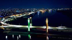 Porto Alegre, RS, 21.09.2018: Vista da Ponte Getúlio Vargas, também conhecida como Ponte do Guaíba, iluminada com as cores do Rio Grande do Sul e a cidade de Porto Alegre ao fundo. FOTO: Jefferson Bernardes/ PMPA