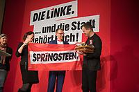 DEU, Deutschland, Germany, Berlin, 10.12.2016: Abschiedsgeschenke für Kultursenator Klaus Lederer beim Landesparteitag von Die Linke im WISTA-Veranstaltungszentrum Adlershof.