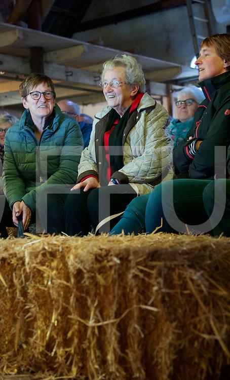 HARDENBERG - Erfgoed show.<br /> Foto: Mina Oldehinkel  ( 2e v l.)enthousiast op de stroobalen.<br /> FFU PRESS AGENCY COPYRIGHT FRANK UIJLENBROEK