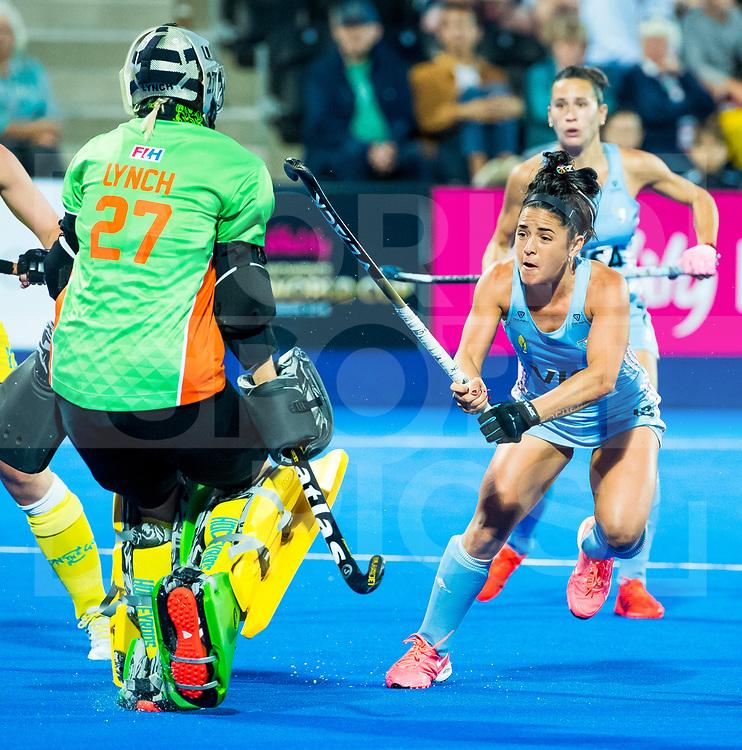 LONDEN - Maria-Jose Granatto (Arg) stuit op goalie Rachael Lynch (Aus)   tijdens de kwartfinale tussen Argentinië en Australia in het Lee Valley Hockeystadium bij het wereldkampioenschap hockey voor vrouwen. COPYRIGHT KOEN SUYK