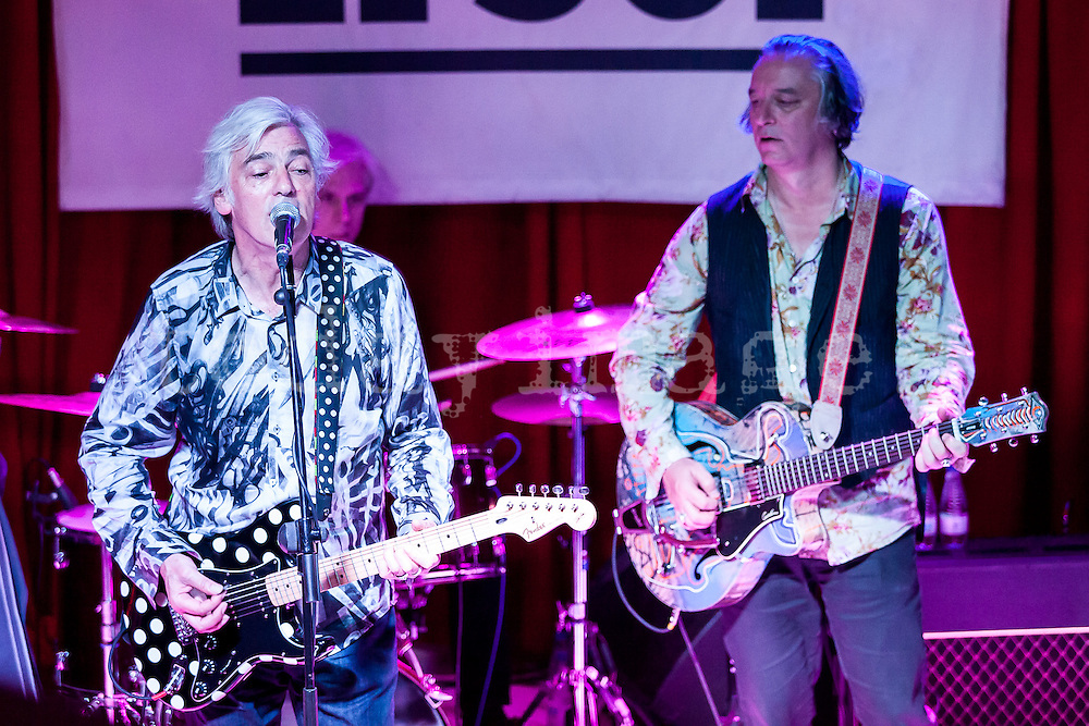 Bill Rieflin and Peter Buck performing  at the  Sol  Club in Madrid