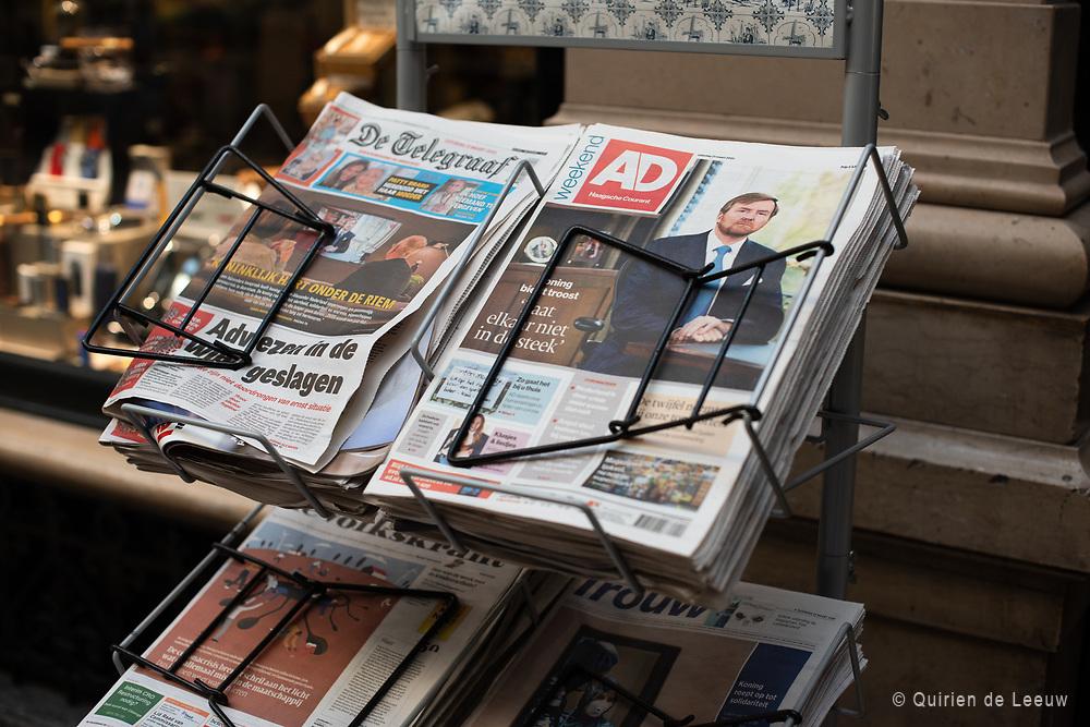 Het corona-virus beheerst het leven en de media. Op de voorpagina's de toespraak van Koning Willem Alexander