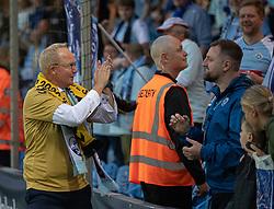 Cheftræner Glen Riddersholm (SønderjyskE) takker fans efter finalen i Sydbank Pokalen mellem AaB og SønderjyskE den 1. juli 2020 i Blue Water Arena, Esbjerg (Foto Claus Birch).