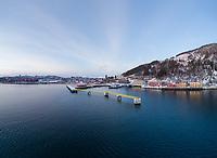 Luftfoto med cruisekaia i Narvik i sentrum. Narvik havn og narvik by i bakgrunnen.
