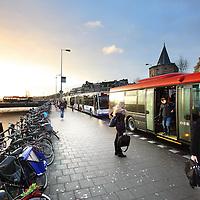 Nederland, Amsterdam , 15 februari 2012..Drukte door busverkeer op de Prins Hendrikkade..Foto:Jean-Pierre Jans