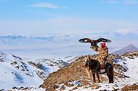 Mongolie, province de Bayan-Olgii, Seil Habi, chasseur à l'aigle Kazakh avec son aigle royal dans les monts Altai// Mongolia, Bayan-Olgii province, Seil habi, Kazakh eagle hunter with his Golden Eagle in Altai mountains