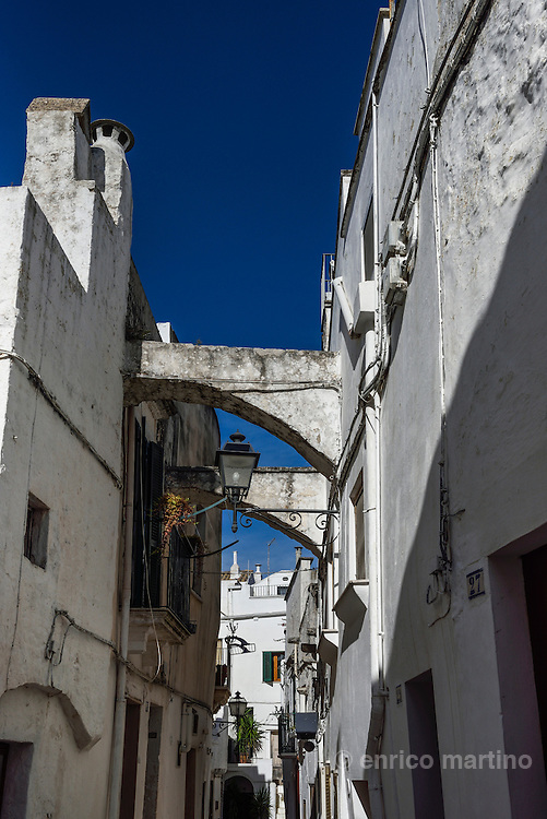 """Cisternino, the old neighbourhood of """"U Pantène"""". The architecture is typical of the region with an old Centro Storico (Historical Centre) containing white washed, stone buildings with cool, shaded, cave-like interiors, narrow streets and churches. The town also features several community squares."""