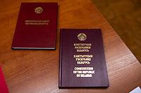 Bialystok, 04.08.2020. Poczatek przedterminowego glosowania w wyborach prezydenckich na Bialorusi w Konsulacie Generalnym Republiki Bialorus w Bialymstoku. Przedterminowe glosowanie w wyborach prezydenckich na Bialorusi rozpoczelo sie dzis (wtorek) i potrwa do soboty. Wlasciwym dniem wyborow prezydenckich jest niedziela 9 sierpnia. Opozycja apeluje do wyborcow, by nie glosowali przed tym dniem, poniewaz wczesniejsze glosowanie umozliwia falszerstwa. N/z lokal wyborczy; egzemplarz Konstytucji Republiki Bialorus fot Michal Kosc / AGENCJA WSCHOD