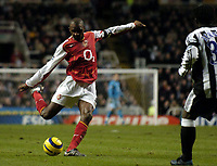 Fotball<br /> Premier League 2004/05<br /> Newcastle v Arsenal<br /> 29. desember 2004<br /> Foto: Digitalsport<br /> NORWAY ONLY<br /> Arsenal's Patrick Vieira strikes to give Arsenal the lead on the stroke of half time