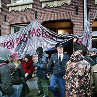 """Nederland, Amsterdam , 7 december 2009..Politie verlaat een van de door kraakgroep """"Dappersociaal"""" zojuist gekraakte te koop staande voormalige sociale huurwoningen  na bezichtiging op de Pieter Vlamingstraat."""
