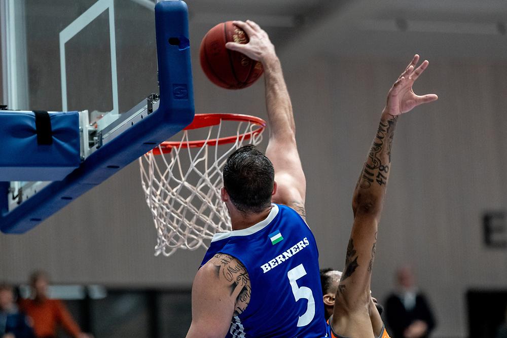 ÖSTERSUND 20211007<br /> Jämtlands Steve Harris dunkar under torsdagens match i basketligan mellan Jämtland Basket och Norrköping Dolphins.<br /> Foto: Per Danielsson / Projekt.P