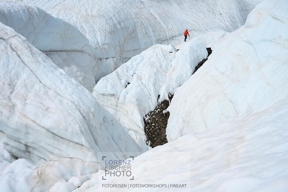 Fototouristen auf dem Gornergletscher; Zermatt, Wallis, Schweiz / <br /> <br />  Photo tourists on the Gorner Glacier; Zermatt, Valais, Switzerland