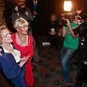 NLD/Zeist/20110310 - Mieke Telkamp krijgt Gouden DVD Award uit handen van Anneke Gronloh, toegestroomde pers maakt foto's