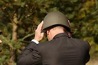 16 OCT 2001, BERLIN/GERMANY:<br /> Rudolf Scharping, SPD, Bundesverteidigungsminister, setzt sich einen Stahlhelm auf, waehrend eines Besuches der Infanterieschule des Heeres, Hammelburg<br /> IMAGE: 20011016-01-024<br /> KEYWORDS: Bundeswehr, Armee, Gefechtshelm