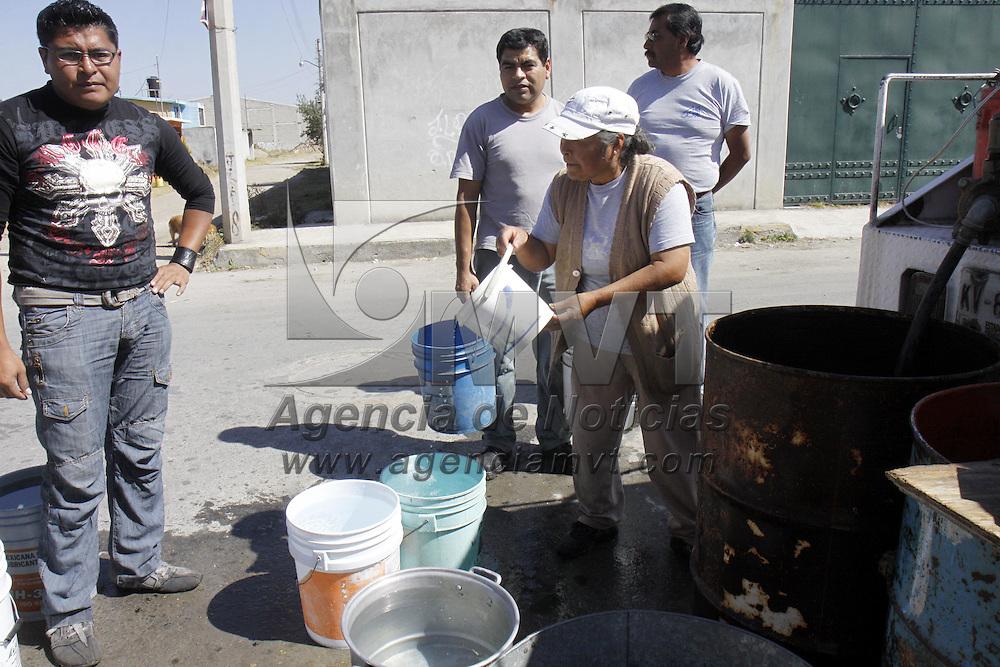 Toluca, Mex.- Habitantes de Calixtlahuaca tienen que esperar el paso de una pipa que surte agua potable por esta localidad para poder obtener un poco del vital liquido, ya que sufren del abastecimiento de este en sus hogares. Agencia MVT / Crisanta Espinosa. (DIGITAL)<br /> <br /> NO ARCHIVAR - NO ARCHIVE