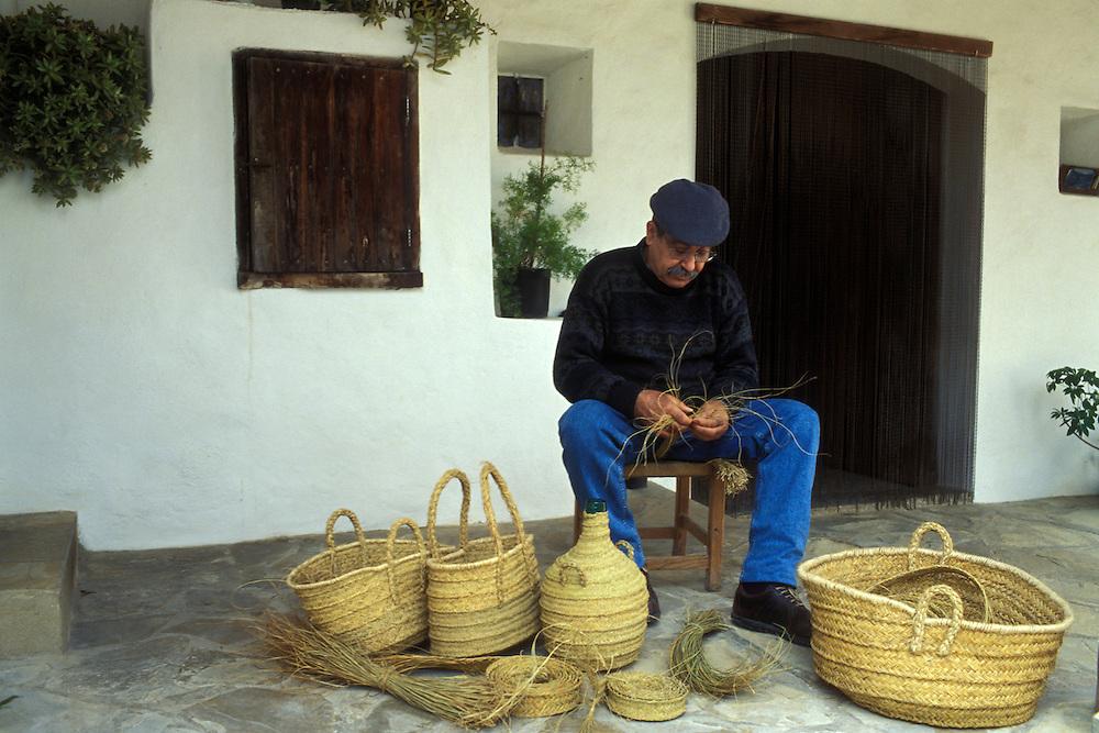 Islas Baleares. Ibiza.<br /> Pep Isidre haciendo cestas de esparto en San Josep.<br /> <br /> © JOAN COSTA