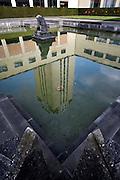 Gent, Belgie, Mar 16, 2009, De Boekentoren, Universiteitsbibliotheek gebouwt door Henry Van de Velde, reflectie van de toren in vijver van de binnentuin, ©Christophe VANDER EECKEN