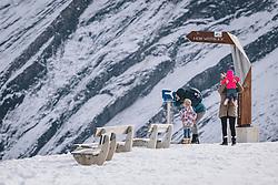 THEMENBILD - eine Touristen Familie beim wandern am Skigebiet Kitzsteinhorn, aufgenommen am 21. Oktober 2020 in Kaprun, Österreich // a tourist family hiking at the Kitzsteinhorn ski resort, Kaprun, Austria on 2020/10/21. EXPA Pictures © 2020, PhotoCredit: EXPA/ JFK