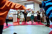 Børn i Kolding Kommunes børnehaver og SFO'er laver i stigende grad yoga, mens de bliver passet. Det sker for at give dem en øget kropsbevidsthed og ro i en travl og støjende hverdag. <br /> Kommunens børnefysioterapeuter står bag udbredelsen af børneyoga og underviser pædagogerne i institutionerne til at varetage yogaen.<br />  Journalist: Marlene Grøftehauge<br /> Fotograf: Jesper Balleby