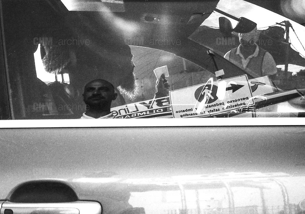 Il marciapiede cedeva consumato da attese e passi indimenticabili. Io unico ospite  dalla paura mi precipitai in un osteria e non ne uscii più. Per questo non so se siete ancora accese luci lontane, intanto tra niente e niente, le braccia incrociate nella testa mi accingo a tutto e continuo a cantare..<br /> <br />  giugno  2016 . Daniele Stefanini /  OneShot