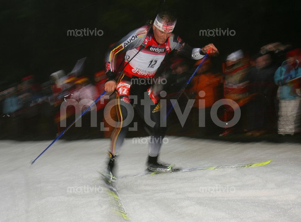 Oberhof , 060107 ; Biathlon Weltcup Oberhof , Sprintrennen , 10km der Maenner  Sven FISCHER (GER) in der Loipe waehrend des Rennen nachdem er sich beim warmlaufen eine Rippenprellung zugezogen hatte