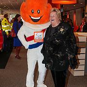 NLD/Arnhem/20121103 - 100 Jarig bestaan NOC/NSF Sportparade, Erika Terpstra poserend met de Olympische Mascotte