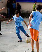 Para de Minas_MG, Brasil...Garoto com deficiencia visual jogando futebol na  Escola Estadual  Professor Pereira da Costa. ..The boy with visual disability playing soccer in the Escola Estadual Professor Pereira da Costa...Foto: LEO DRUMOND / NITRO